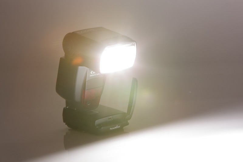 Externí záblesková jednotka Canon 580EX II s odpalovačem PocketWizard FlexTT5, mimo tělo fotoaparátu.