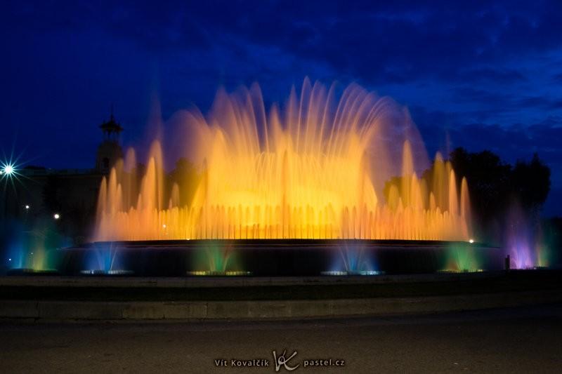 Magická fontána v Barceloně. Dlouhý čas 10 sekund dokázal rozmazat nejen vodu, ale i zneviditelnit procházející turisty. Canon 350D, EF-S Canon 18–50 mm F3,5–5,6, 10 s, F22, ISO 100, ohnisko 18 mm.