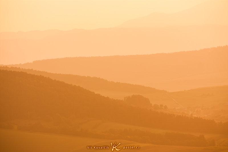 Záběr z identického místa jako na předchozí fotce. Tentokrát byl použit teleobjektiv pro vyříznutí malinké části krajiny (na snímku výše je na horizontu zhruba uprostřed). Dodatečné vyvážení bílé způsobilo záměrný extrémní posun do oranžova. Canon 40D, EF-S Canon 55–250 mm F4–5,6 IS, 1/250 s, F8,0, ISO 100, ohnisko 194 mm.