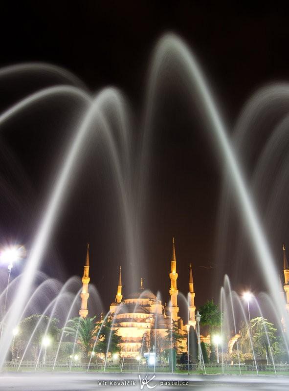 Modrá mešita v Instanbulu zabraná širokým ohniskem skoro z hrany fontány. Canon 40D, EF-S Canon 10–22 F3,5–4,5 USM, 10 s, F8,0, ISO 100, ohnisko 20 mm.