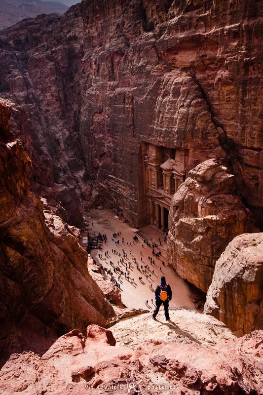 Skalní areál Petra s vytesanými monumenty. Postava kamaráda nahoře a turistů dole dává rámcovou představu o velikosti monumentu. Canon 40D, EF-S Canon 10–22 mm F3,4–4,5 USM, 1/160 s, F8,0, ISO 100, ohnisko 22 mm.