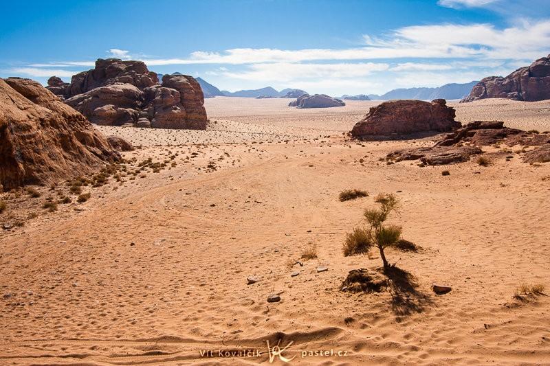 Poušť Wadi Rum, Jordánsko. Canon EOS 40D, EF-S Canon 10–22 mm F3,5–4,5 USM, 1/400 s, F9,0, ISO 100, ohnisko 22 mm.