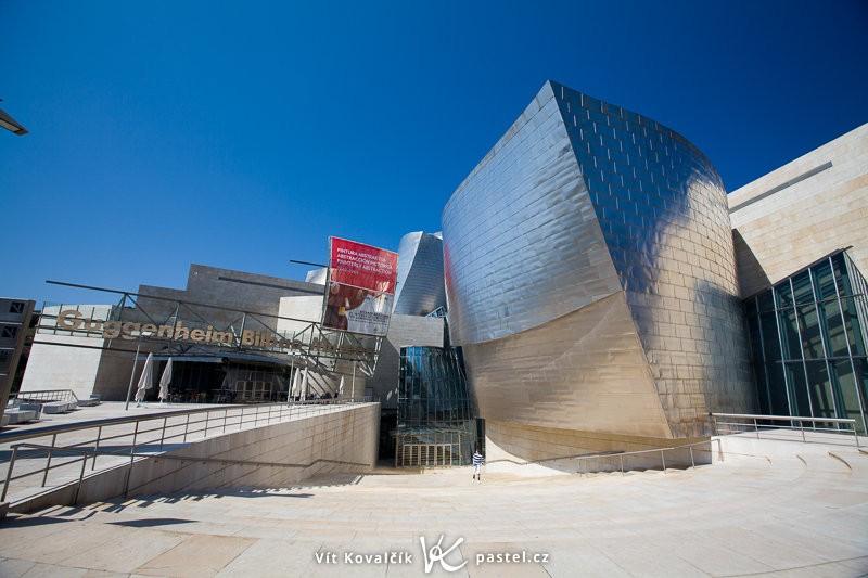 Vstup do Guggenheimova muzea, Bilbao. Canon 5D Mark II, EF Canon 16–35 mm F2,8 II, 1/160 s, F6,3, ISO 100, ohnisko 16 mm.