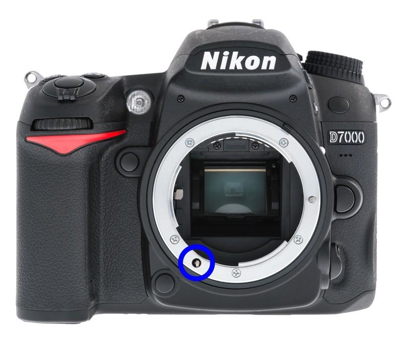 Nikon D7000 s modře označenou osičkou pro pohon staršího typu ostření. Zdroj Wikipedia.