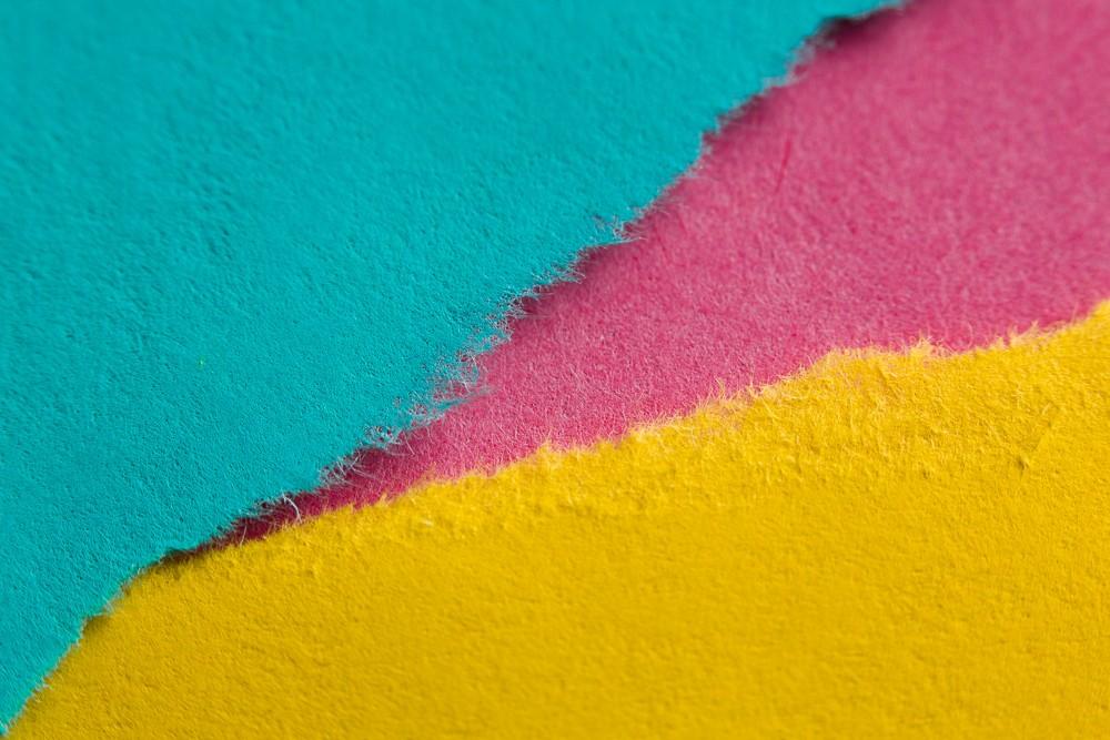 Natrhané papíry působí méně stroze.