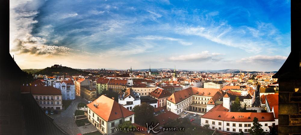 Vyhlídka na Brno v katedrále sv. Petra a Pavla. Složeno z osmi fotografií.