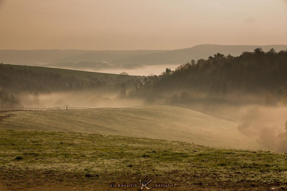 Ranní mlha válící se na kopcích. Canon 5D Mark III, Canon EF 70-200/2.8 IS II, 1/125 s, F13, ISO 100, ohnisko 88 mm