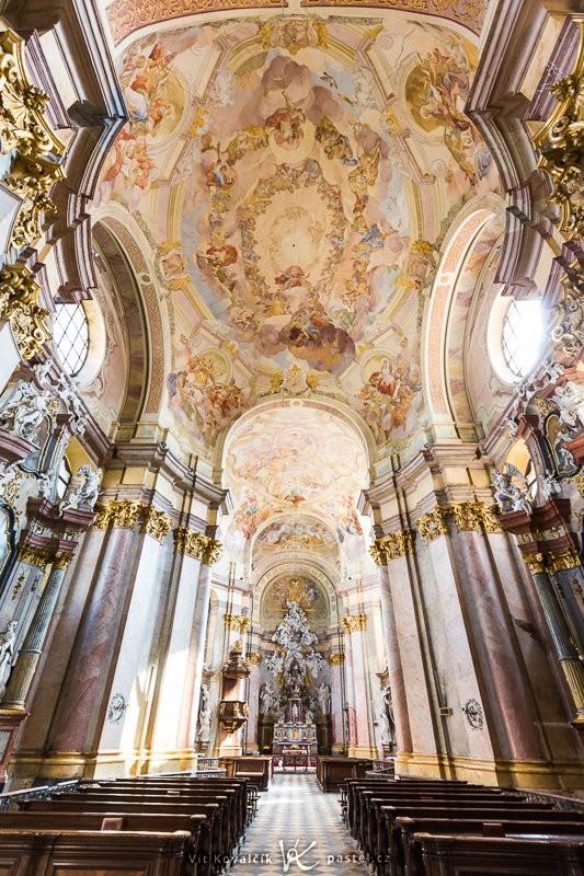 Přestože nemáte kam dál ustoupit, i tak je možné vyfotit celý interiér kostela. Canon EOS 5D Mark II, Canon EF 16–35 mm F2,8 II USM, 1/15 s, F4,5, ISO 160, ohnisko 16 mm.