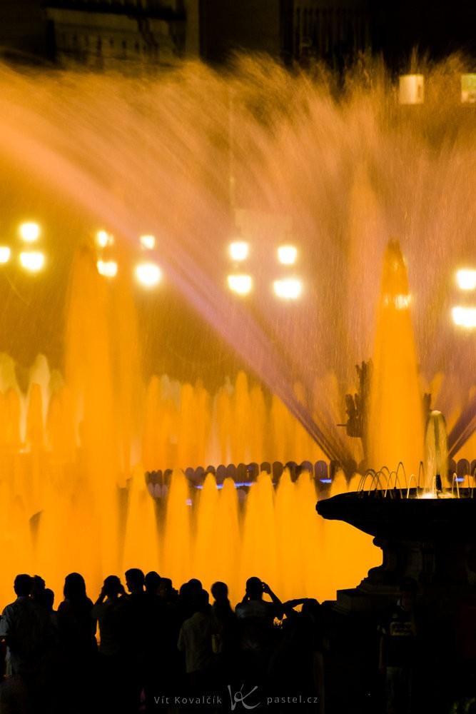 Magická fontána v Barceloně. Canon 350D, Sigma 70-300/4-5,6, 1/4 s, f/8, ISO 200, ohnisko 300 mm