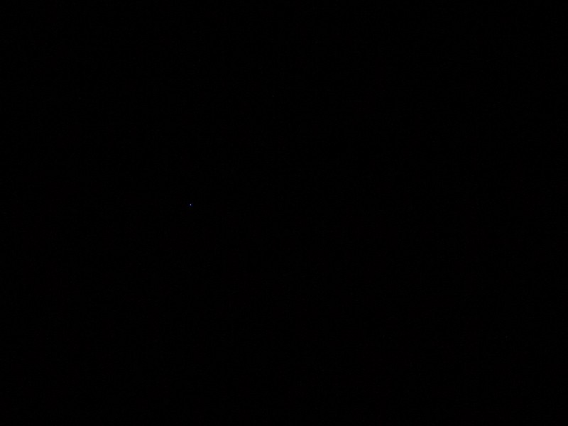 Hot pixel na výřezu z fotografie. Canon 350D, Canon EF-S 18-55/3,5-5,6, 30 s, F29, ISO 100, ohnisko 35 mm
