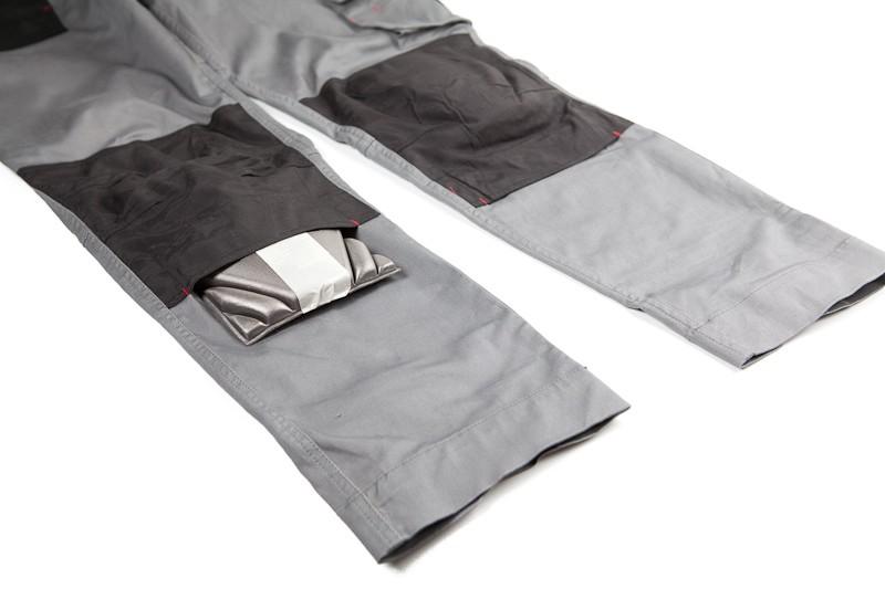 Kalhoty s dvojitými koleny. Jedna výztuž na ukázku povysunutá. Zatím nejlepší řešení.