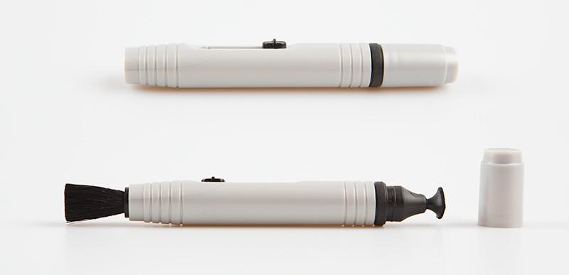 Lens pen se dvěma různými čistícími konci.