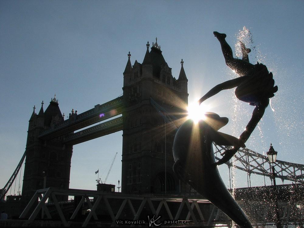 Tower Bridge v Londýně se sochou v popředí. Canon PowerShot S2 IS, 1/1000 s, f/6.3, ohnisko cca 36 mm