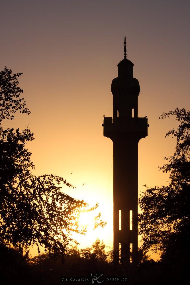 Jordánská mešita se sluncem přímo v pozadí. Povšimněte si obrovské clony f/25, aby obloha nebyla zcela přepálená. Canon 40D, Canon EF-S 55-250/4-5,6 IS, 1/100 s, f/25, ISO 100, ohnisko 84 mm