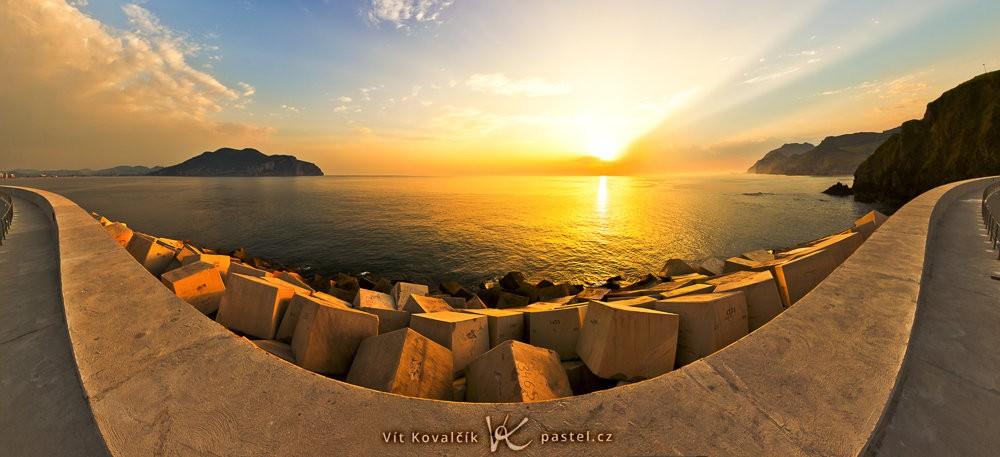 Moře po východu slunce.