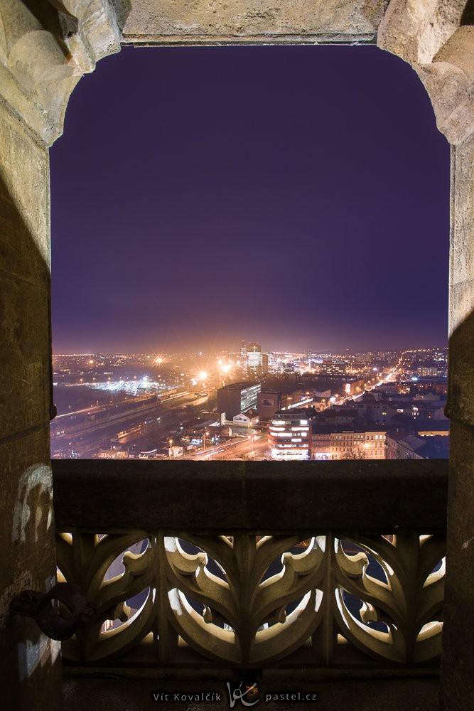 Noční město orámované obrysem dveří vyhlídky. Canon 5D Mark III, Canon EF 16-35/2,8 II, 10 s, f/10, ISO 400, ohnisko 16 mm