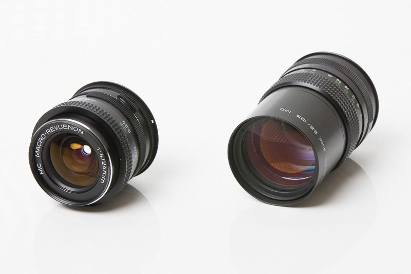 Macro-Revuenon 24 mm F4 ve skvělém stavu (vlevo) a Pentacon 135 mm F2,8 s několika zrníčky prachu uvnitř. Oba bez problémů použitelné.