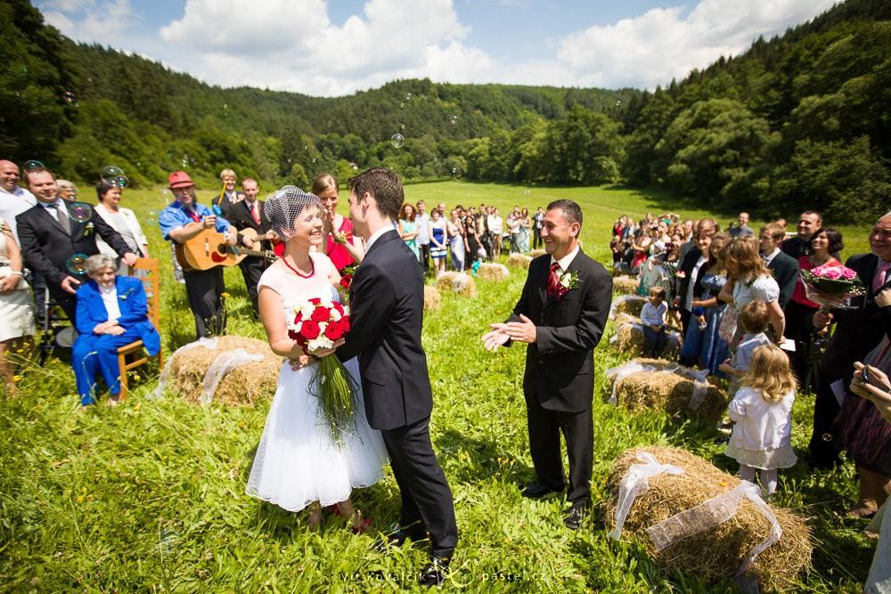 Sláva na konci netradičního svatebního obřadu v přírodě. Canon EOS 5D Mark II, Canon EF 16–35 mm F2,8 II USM, 1/1000 s, F3,2, ISO 100, ohnisko 17 mm.