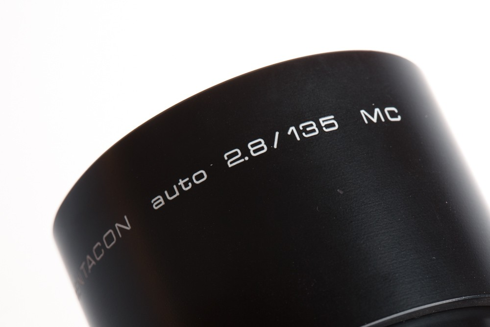 Starý Pentacon auto 2.8/135 MC má podle názvu Multi Coated úpravu čoček pro zmírnění odrazů (prasátek) a také automatické ovládání clony (dnes už není použitelné).