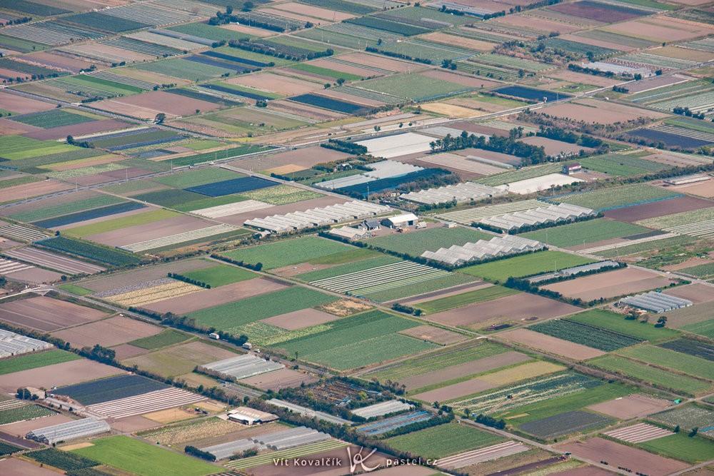 Struktura polí a skleníků zachycená z kopce ze vzdálenosti asi 4 km. Canon 40D, Canon EF-S 55–250/4–5,6 IS, 1/400 s, f/8, ISO 200, ohnisko 171 mm