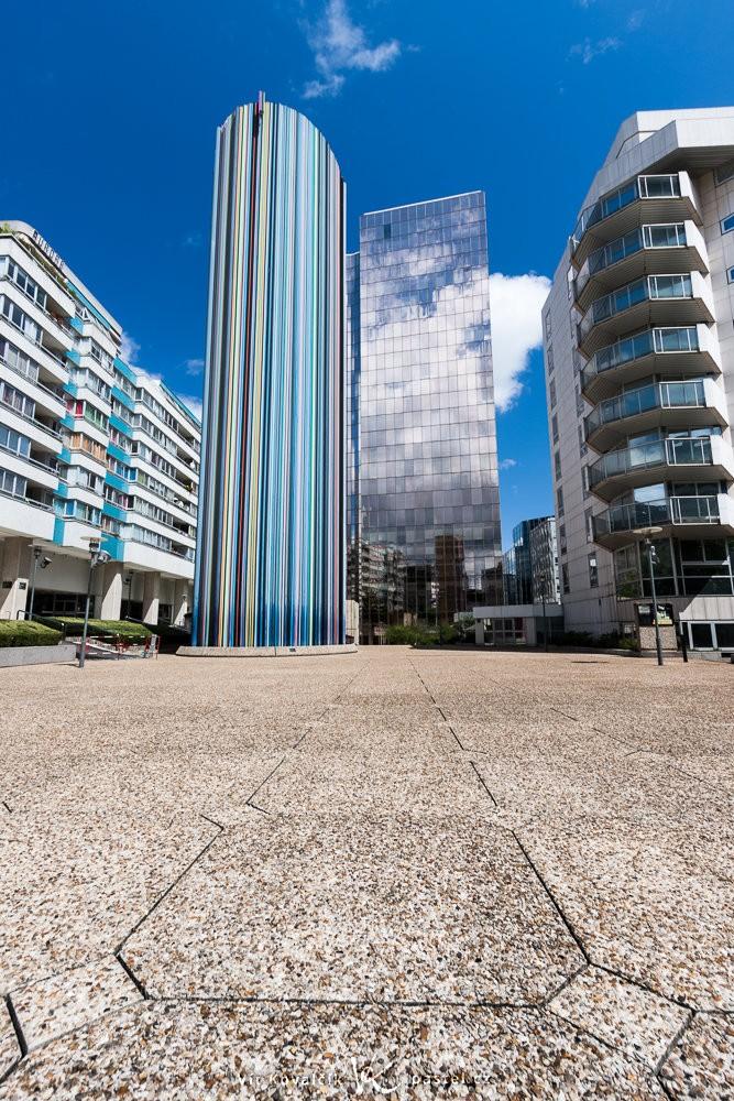 Věž a okolní ulice s důrazem na elegantní dlaždice. Canon 40D, Canon EF-S 10-22/3.5-4,5, 1/30 s, f/11, ISO 100, ohnisko 10 mm