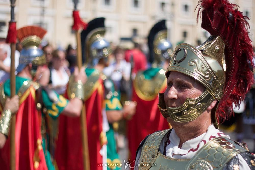 Římský voják je díky světelnému objektivu 50/1,8 vizuálně jasně odlišený od pozadí. Canon 40D, Canon EF 50/1,8, 1/5000 s, F1,8, ISO 100, ohnisko 50 mm