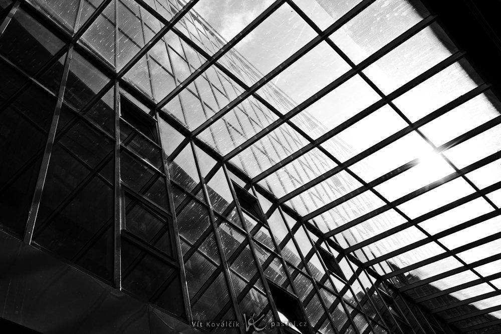 Šikmý pohled na okna skrze podobně strukturovanou skleněnou střechu. Canon 5D Mark II, Canon EF 16–35/2,8 II, 1/500 s, f/8, ISO 100, ohnisko 35 mm
