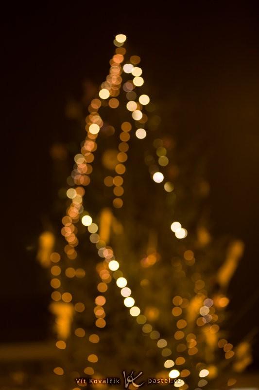 Venkovní vánoční stromek z dálky. Canon EOS 5D Mark II, EF Canon EF 70–200 mm F2,8L II IS USM, 1/13 s, F2,8, ISO 800, ohnisko 125 mm.