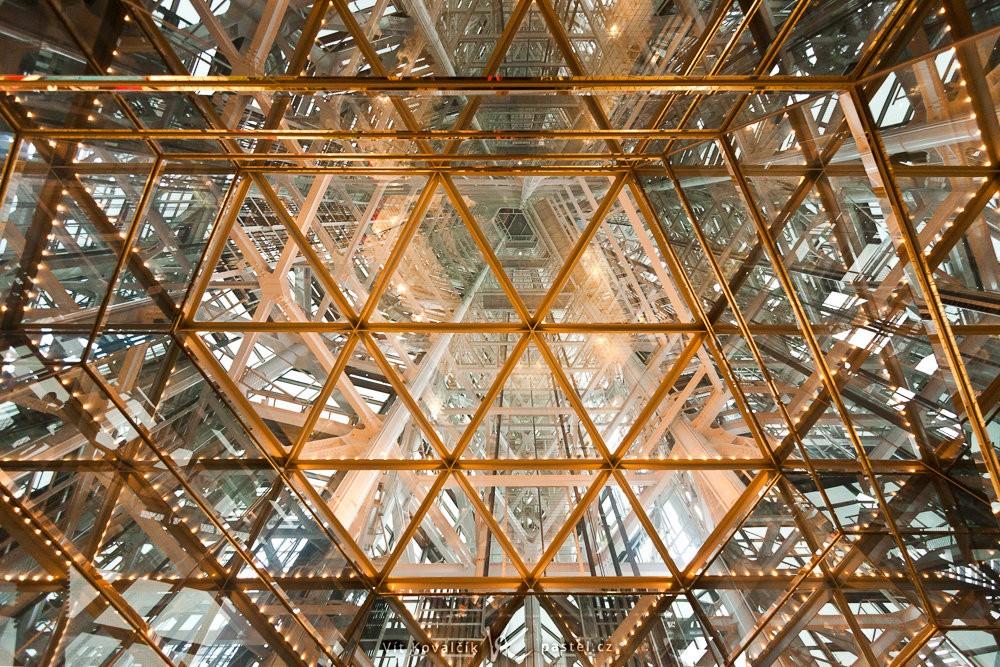 Struktura ocelových výztuží při pohledu vzhůru skrze celou vyhlídkovou věž ve městě Fukuoka. Canon 40D, Canon EF-S 10–22/3,5–4,5, 1/8 s, f/4.0, ISO 800, ohnisko 10 mm