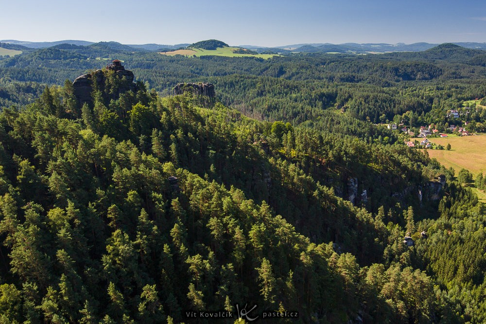 Ohnisko 35 mm, Mariina vyhlídka na vedlejším kopci je čím dál dominantnější.
