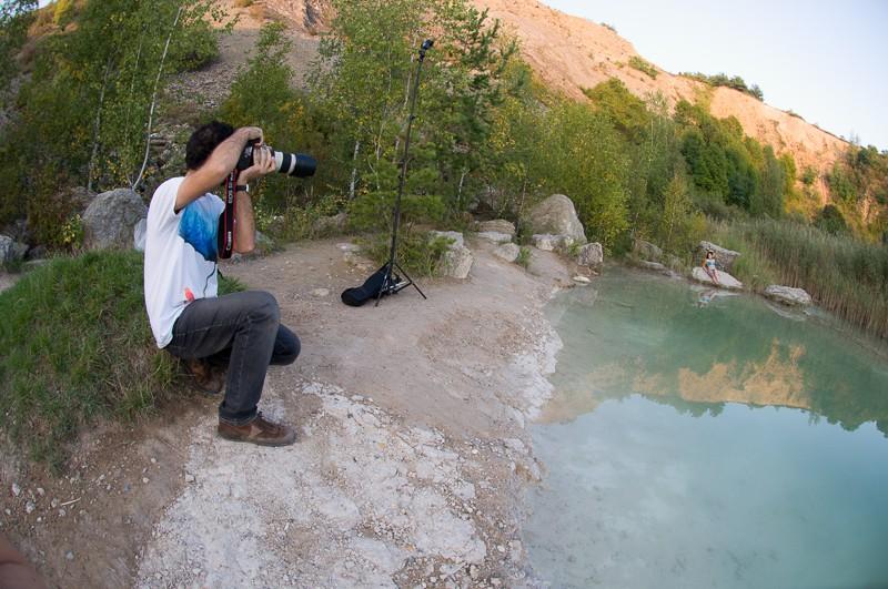 Zákulisí z focení. Scéna je ve stínu, proto jsem použil jeden blesk s oranžovým filtrem (na stojanu kousek přede mnou), který se tváří jako slunce. Foto: Martin Kacvinský. Nikon D90, AF Nikon 10,5 mm F2,8G ED DX Fisheye, 1/125 s, F5,6, ISO 200.
