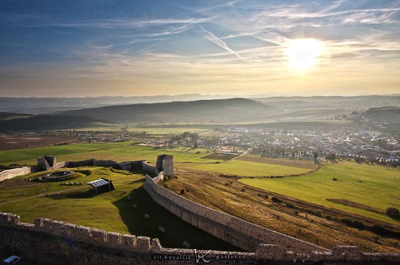 Celkový záběr ze Spišského hradu velmi širokým ohniskem. Canon 40D, EF-S Canon 10–22 mm F3,4–4,5 USM, 1/200 s, F8,0, ISO 100, ohnisko 13 mm.