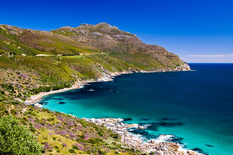 Moře poblíž Kapského města, linie pobřeží a kopců vedou oko po snímku. Canon 40D, Canon EF-S 18–50 mm F3,5–5,6, 1/200 s, F7,1, ISO 400, ohnisko 23 mm.