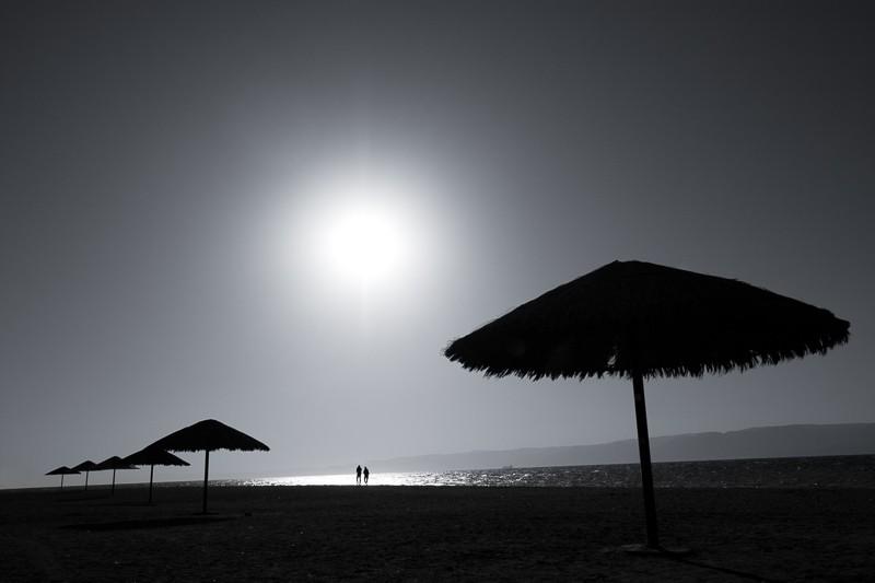 Tuto fotku jsem si předem připravil, když jsem viděl dva lidi jdoucí po pláži. Klíčem bylo trpělivě počkat až dojdou přímo pod slunce. Canon 40D, Canon EF-S 10–22 mm F3,5–4,5 USM, 1/1600 s, F8,0, ISO 100, ohnisko 17 mm.