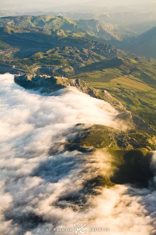 Krásný pohled na španělské hory byl umožněn letem brzo ráno – tento záběr před přistáním byl pořízen v 7:20. Canon 5D Mark II, Canon 70–200 F2,8 IS II, 1/400 s, F5,0, ISO 400, ohnisko 70 mm.