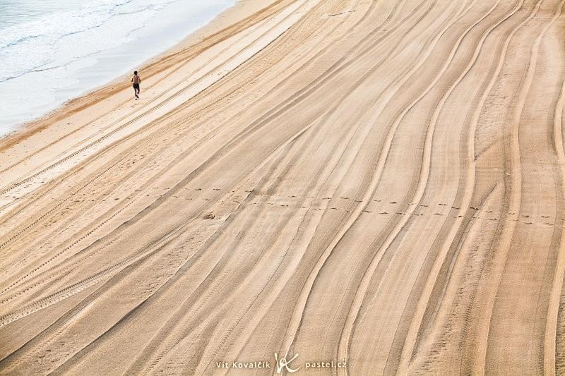 Upravená ranní pláž s jediným sportovcem. Bez něj by byl záběr nudný. Canon 5D Mark II, EF Canon 70–200 F2,8 IS II USM, 1/25 s, F8,0, ISO 100, ohnisko 115 mm.