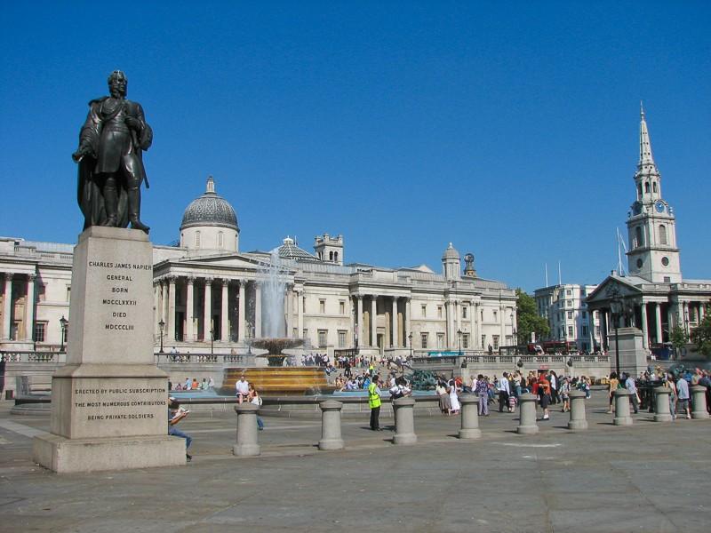 Trafalgar square s turisty. Canon PowerShot S2 IS, 1/1000 s, F4,5, ISO 50, ohnisko 36 mm (v přepočtu na kinofilm).