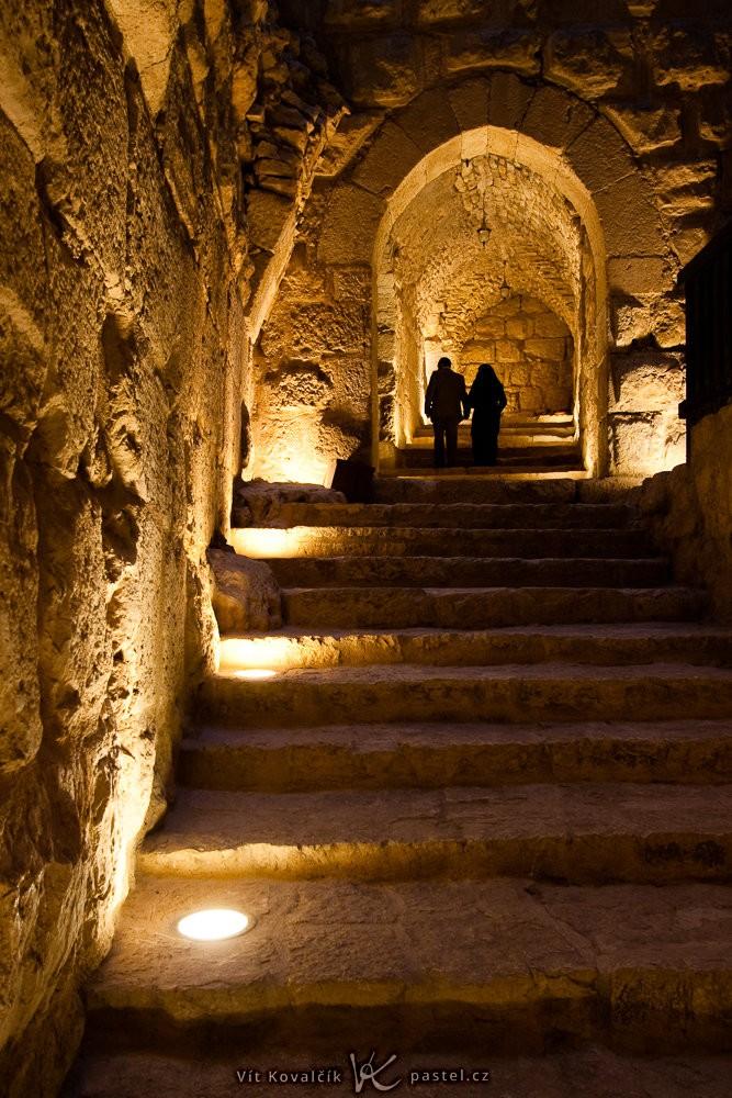 Pár na jordánském hradu Ajlun. Canon 40D, Canon EF-S 10-22/3,5-4,5, 1/30 s, f/4, ISO 400, ohnisko 16 mm