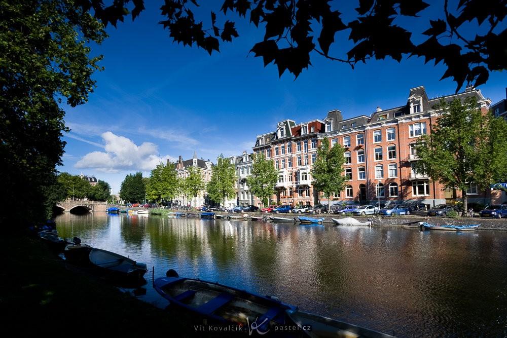 Vodní kanál v Amsterdamu. Všimněte si i dalšího použitého kompozičního pravidla, kterým je rámování obrazu (listy shora). Canon 40D, Canon EF-S 10–22/3,5–4,5, 1/1600 s, F8, ISO 200, ohnisko 10 mm