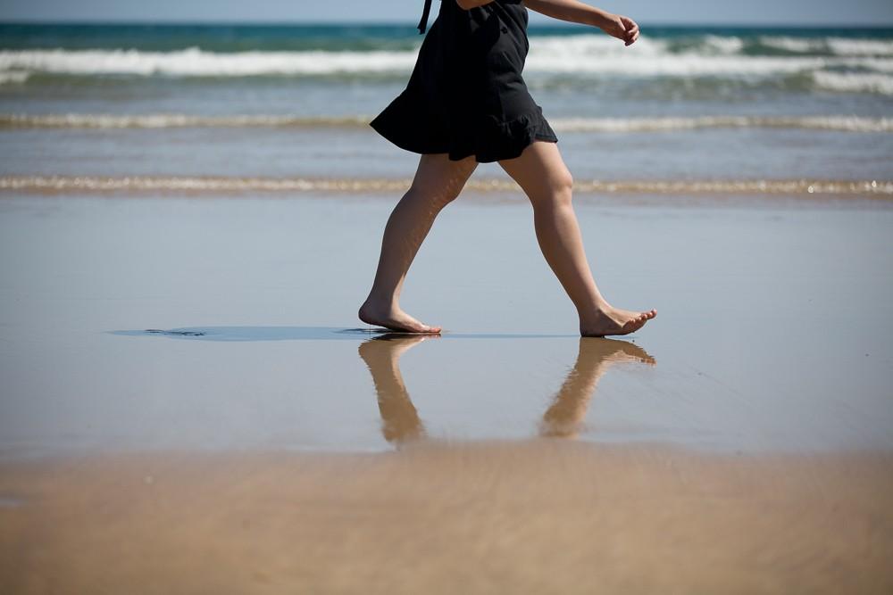 Kolemjdoucí v písku pláže. Canon 5D Mark II, Canon EF 70-200/2.8 II, 1/100 s, f/2.8, ISO 100, ohnisko 120 mm