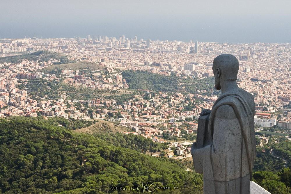Barcelona s blízkou sochou. Canon 350D, Sigma 18-50/2,8, 1/60 s, f/13, ISO 200, ohnisko 43 mm