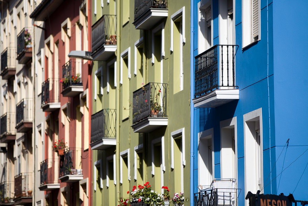 Ulice plná stejných, ale jinak barevných domů. Canon 5D Mark II, Canon EF 70-200/2,8 IS II, 1/2000 s, f/2.8, ISO 160, ohnisko 2000 mm
