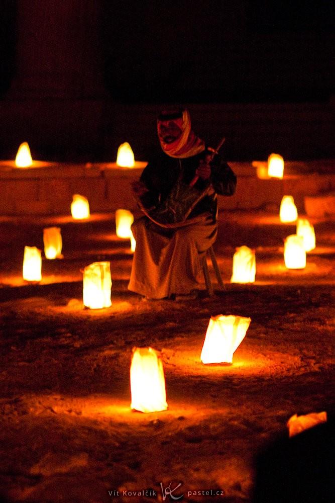 Beduín v temné pouštní noci, jen za svitu svíček. I pro světelný objektiv byl oříškem. Canon 40D, Canon EF 85/1.8, 1/10 s, f/1.8, ISO 3200, ohnisko 85 mm