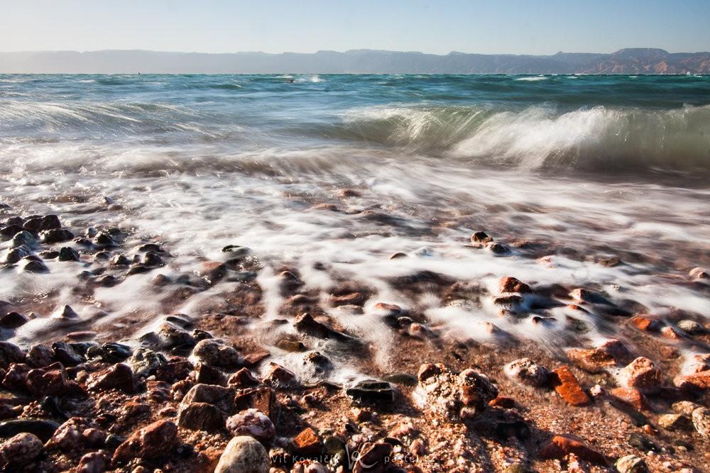 Velmi blízký záběr na Rudé moře odhaluje, že pobřeží je… opravdu rudé. Canon 40D, Canon EF-S 10-22/3.5-4.5, 1/2 s, f/25, ISO 100, ohnisko 15 mm