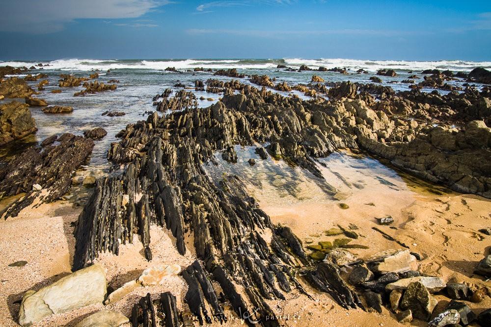 Blízké skalnaté výběžky vystupující z písku u pobřeží Jihoafrické republiky. Canon 40D, Sigma 18-50/2.8, 1/160 s, f/8.0, ISO 400, ohnisko 18 mm