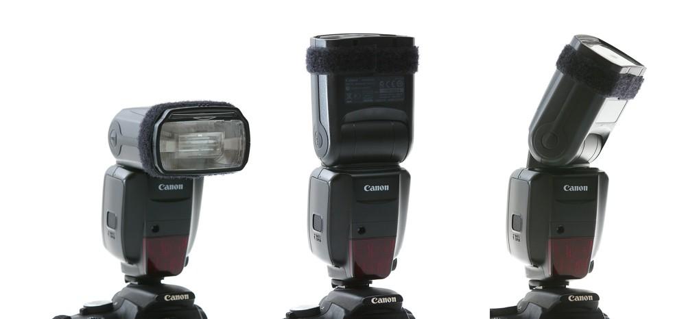 Externí blesk, který se nasazuje do sáněk na horní straně fotoaparátu, je možné otočit do různých úhlů pro svícení odrazem o strop nebo o stěnu.