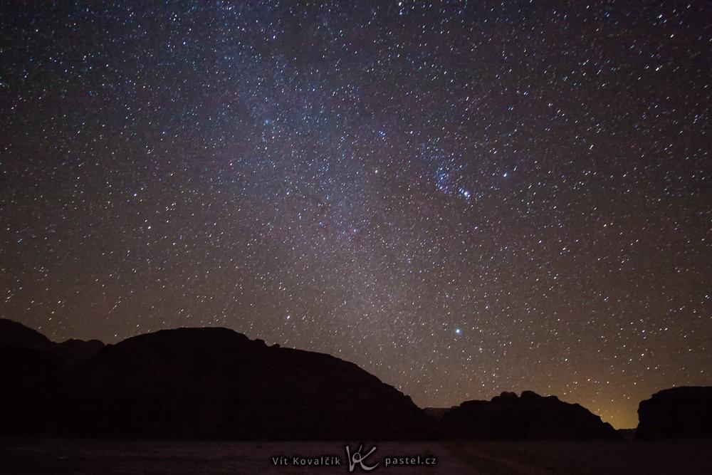 Obloha za temné noci. Canon 40D, Canon EF-S 10-22/3.5-4.5, 56 s, F3,5, ISO 3200, ohnisko 10 mm