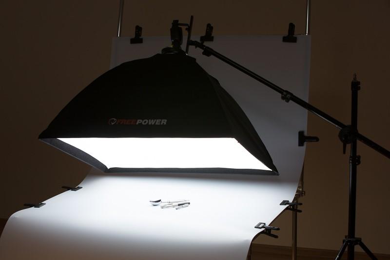 Velký softbox (relativně k malým produktům) vytváří zdroj světla, který se odrazí pod spoustou různých úhlů. Zde je vše foceno na fotostole, ale klidně by podkladem mohl být ubrus a vše by vypadalo také dobře.