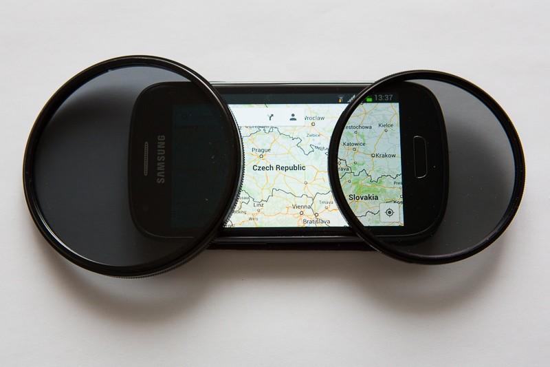 LCD na mobilu s filtrem propouštějícím jeho světlo a druhým, který je blokuje. Canon EOS 5D Mark III, Canon EF 24–70 mm F2,8, 1/60 s, F5,0, ISO 1600, ohnisko 70 mm.