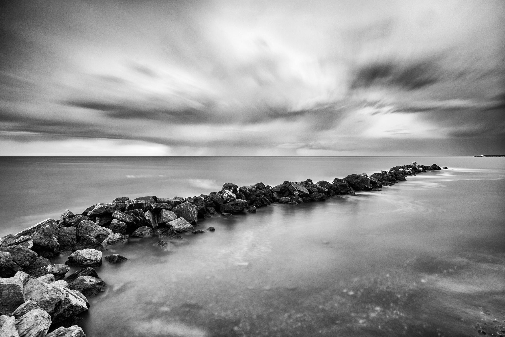 Moře s ND1000 filtrem. Autorem fotografie je Giovanni Tabbò. Fuji X-T1, XF14mm F2,8 R, 3 minuty, F22, ISO 200, ohnisko 14 mm